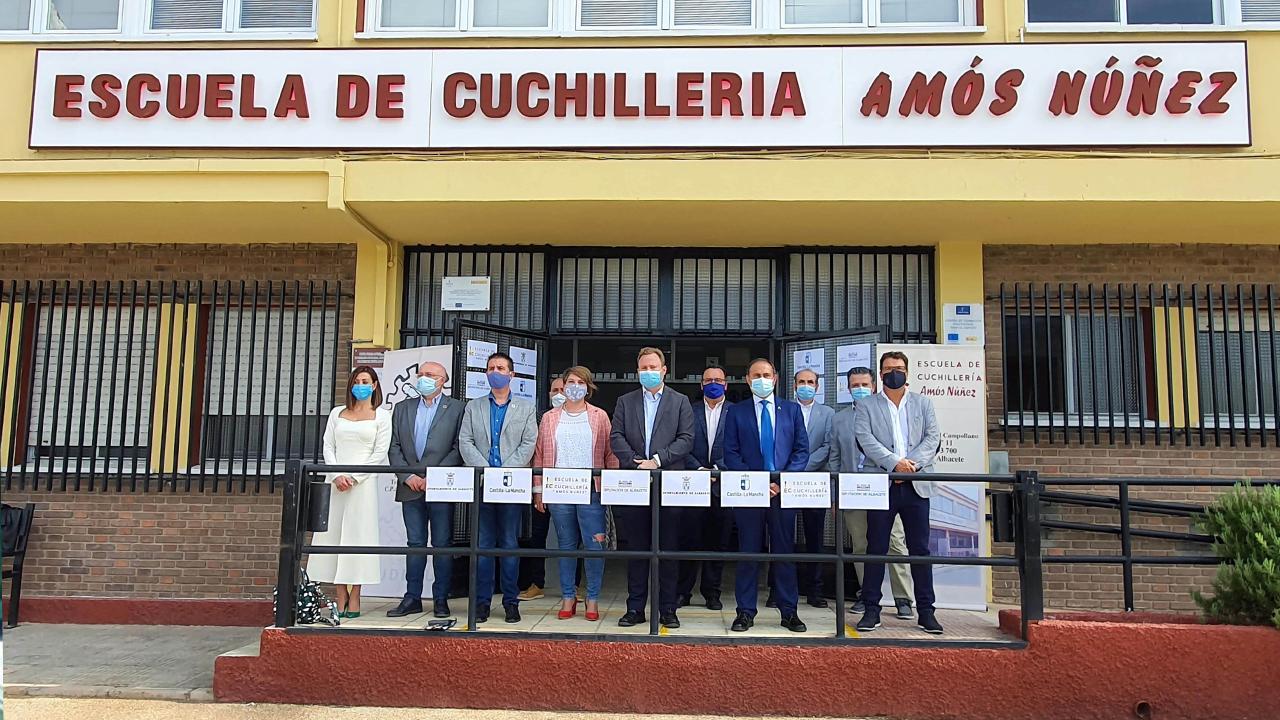 Cabañero subraya el gran papel de FUDECU y la Escuela de Cuchillería 'Amós Núñez' como nexos de unión entre la historia y el futuro del sector